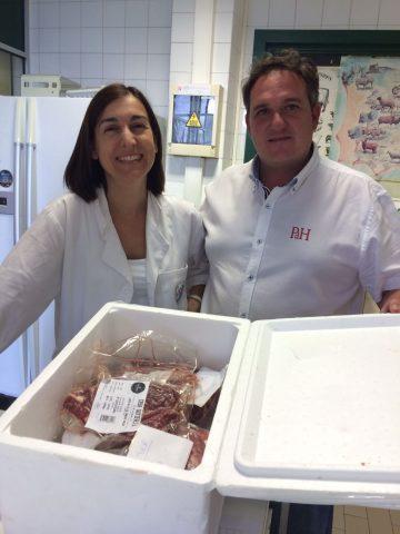 Profesora Maria del Mar recibiendo las muestras para analizar de Casa Gutier