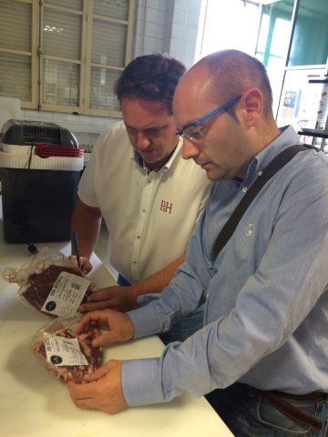 Luis y Leandro preparando las muestras de carne de Casa Gutier para ser analizadas