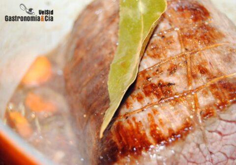 redondo de ternera con setas al oporto cociendose en la olla